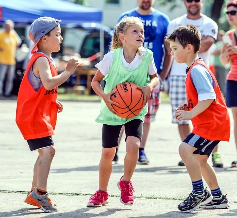 In der gemischten Kita-Staffel zeigten die kleinen Basketballer/innen an gesenkten Körben, was sie schon gelernt haben. Fotos: Thomas Koepke