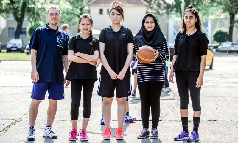 Am Nachmittag startete auch ein Team, das komplett aus afghanischen Mädchen (mit Betreuer Steffen Friedrich) bestand. Und dabei zeigten die Mädchen eine sehr gute Leistung. Fotos: Thomas Koepke